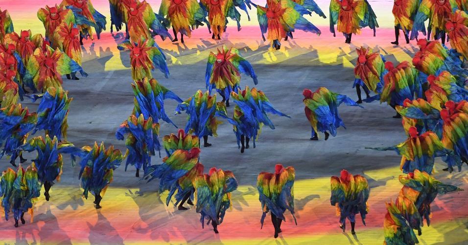 Dançarinos participam de performance durante cerimônia de encerramento da Rio-2016