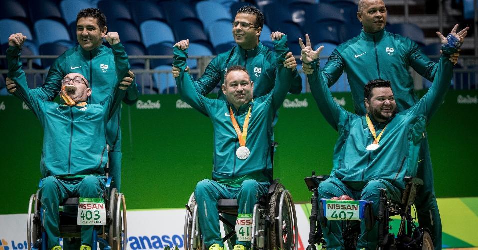 Dirceu Pinto, Eliseu Santos e Marcelo Santos comemoram medalha de prata na bocha das Paraolimpíadas