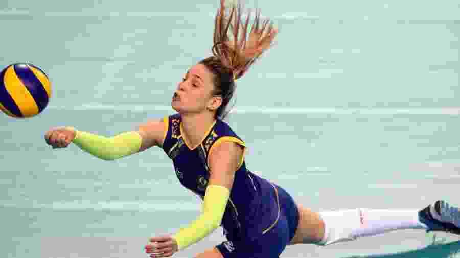 Camila Brait se joga e faz defesa pela seleção - FIVB/Divulgação