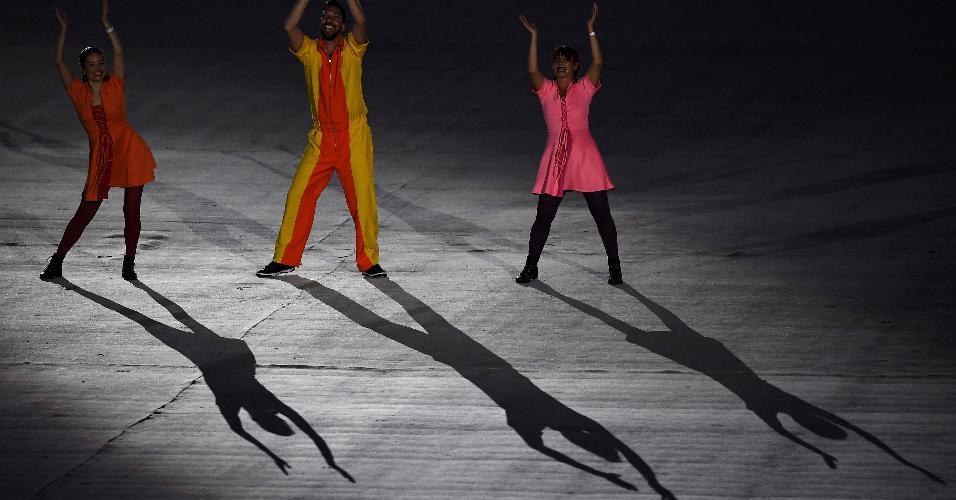 Voluntários participam de performance no gramado do Maracanã, durante a cerimônia de encerramento da Olimpíada