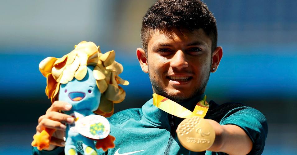 11.set.2016 - Petrucio Ferreira exibe a medalha de ouro na prova dos 100m, categoria T47, na Rio-2016
