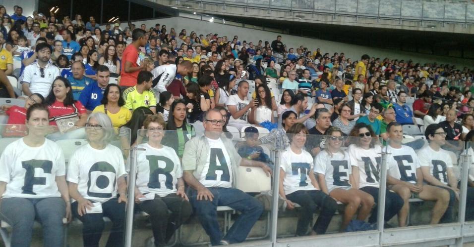 Torcedores protestam contra o presidente em exercício, Michel Temer, no Mineirão