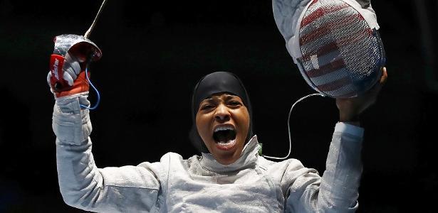 Primeira muçulmana a competir de hijab pelos EUA, esgrimista Ibtihaj Muhammad foi bronze no sabre por equipes na Rio-2016 - REUTERS/Lucy Nicholson