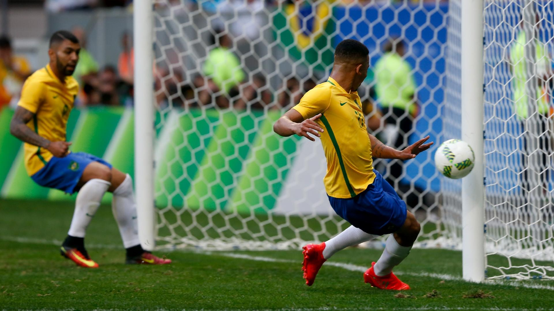 Gabriel Jesus desperdiça ótima oportunidade de gol