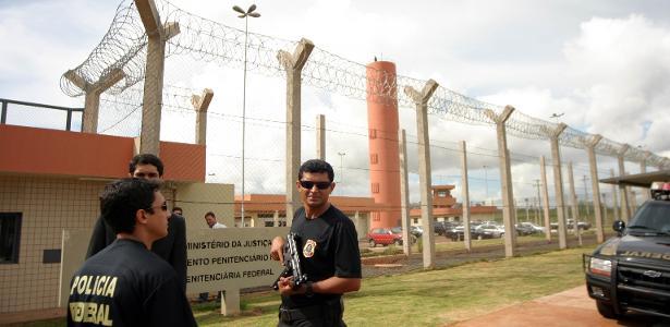 Agentes penitenciários da Polícia Federal posicionados à frente do presídio de Campo Grande