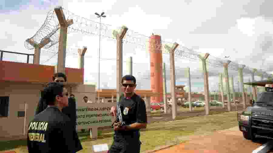 Agentes penitenciários da Polícia Federal posicionados à frente do presídio de Campo Grande - Dalmo Curcio/Folhapress