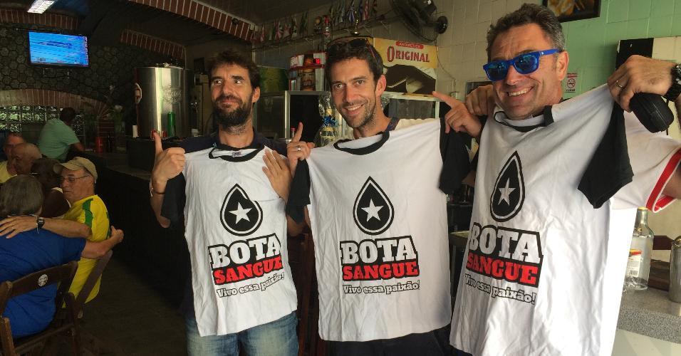 Trio da delegação francesa ganha camisa do Botafogo em bar: estavam animados