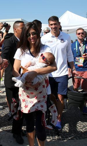 Michael Phelps leva o filho Boomer e a esposa em gravação de programa da NBC, emissora americana