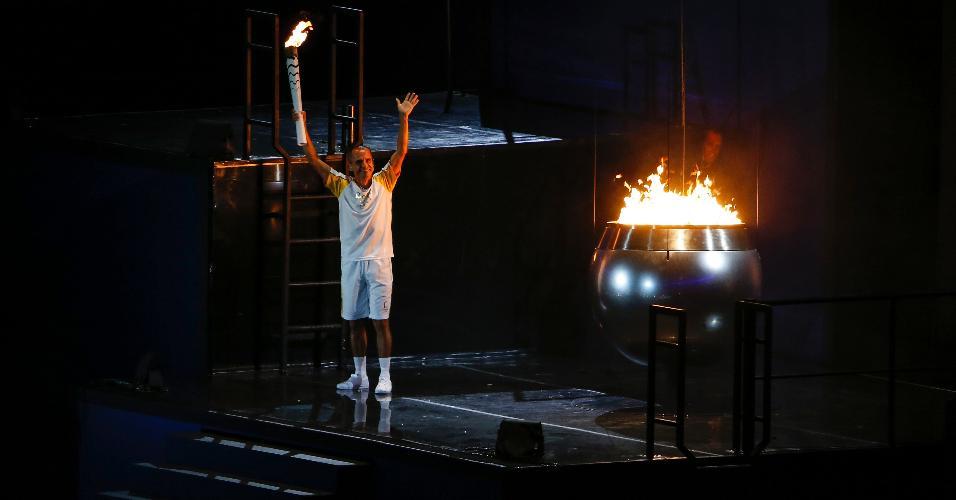 Medalhista olímpico de bronze em 2004, o maratonista Vanderlei Cordeiro de Lima acende a pira olímpica da Rio-2016