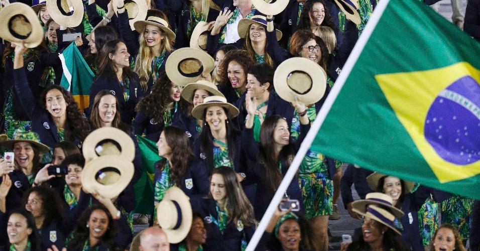 Atletas brasileiros entraram no gramado do Maracanã fazendo muita festa