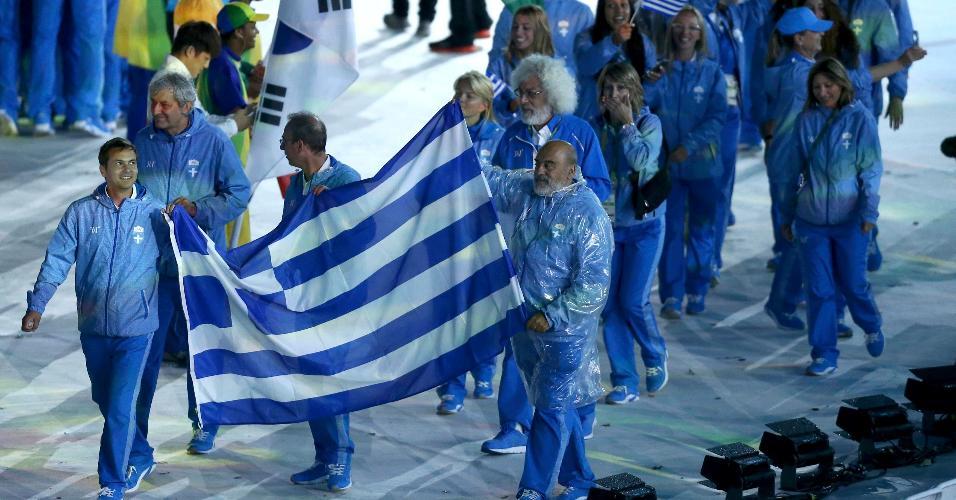 Atletas da Grécia exibem bandeira do país na Cerimônia de Encerramento dos Jogos Olímpicos de 2016, no Rio de Janeiro
