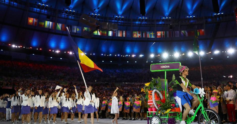Romênia teve a ginasta Catalina Ponor como porta-bandeira. Na Olimpíada de Atenas, aos 16 anos, ela conquistou três medalhas de ouro