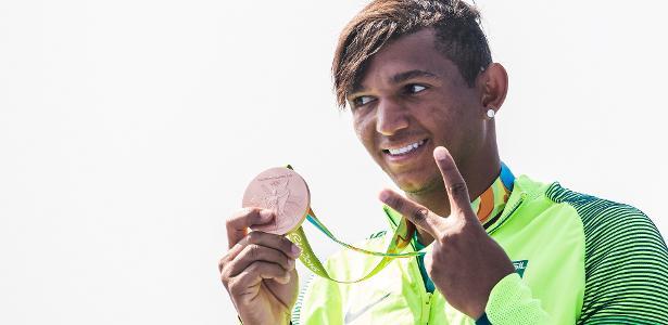 Isaquias Queiroz exibe a segunda das três medalhas conquistadas na Rio-2016 - Eduardo Knapp/Folhapress