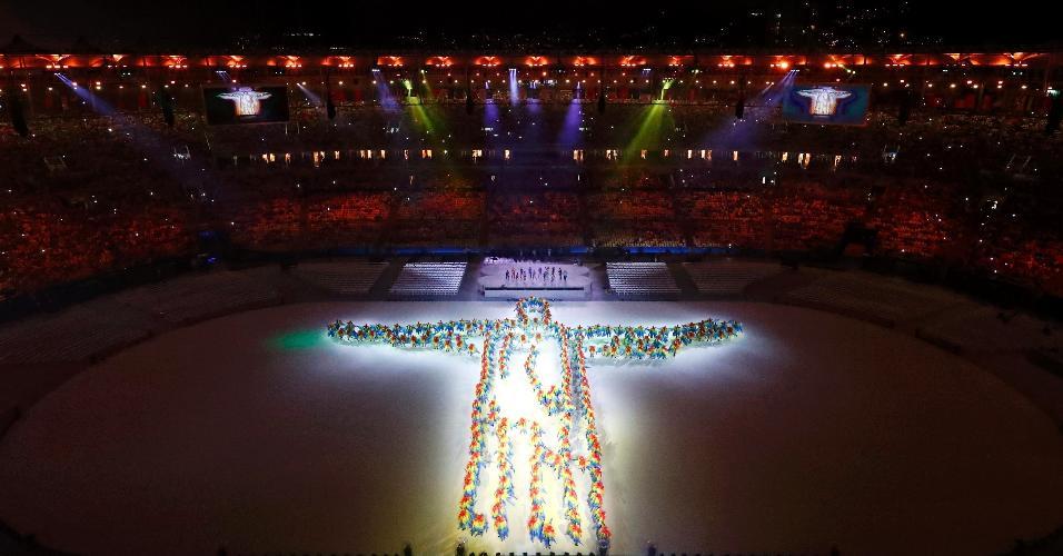 Cristo Redentor, cartão-postal do Rio de Janeiro, é representado por dançarinos durante a cerimônia de encerramento da Olimpíada