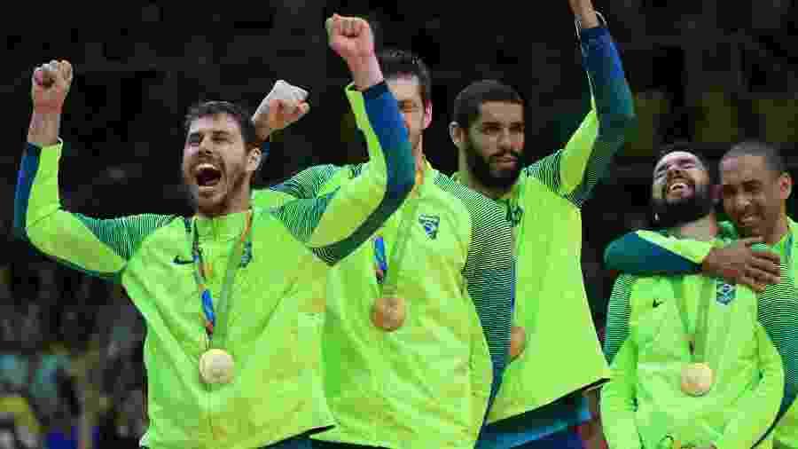 Jogadores da seleção brasileira comemoram medalha de ouro do vôlei no Maracanazinho - Reuters