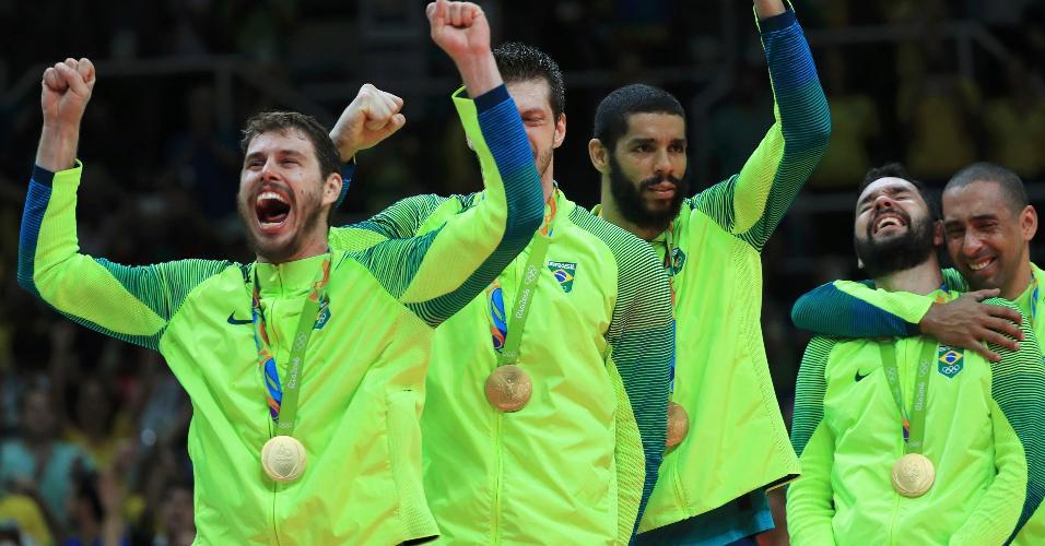 Jogadores da seleção brasileira comemoram medalha de ouro do vôlei no Maracanazinho