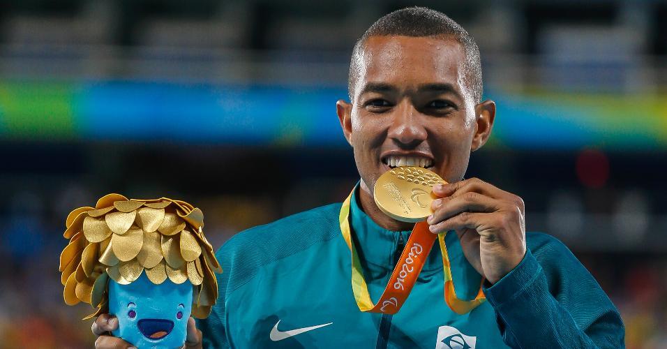 Ricardo de Oliveira comemora conquista do primeiro ouro do Brasil na Paraolimpíada