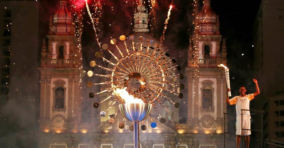 """A chama olímpica se apagou duas vezes antes do acendimento da """"pira do povo"""", localizada na Candelária, na zona portuária do Rio"""