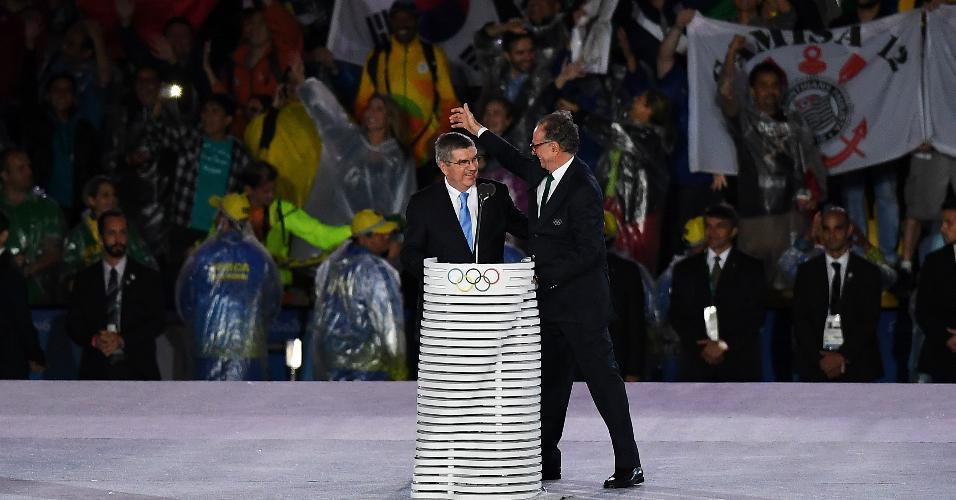 Torcedor abre bandeira do Corinthians durante discursos de Nuzman e Bach