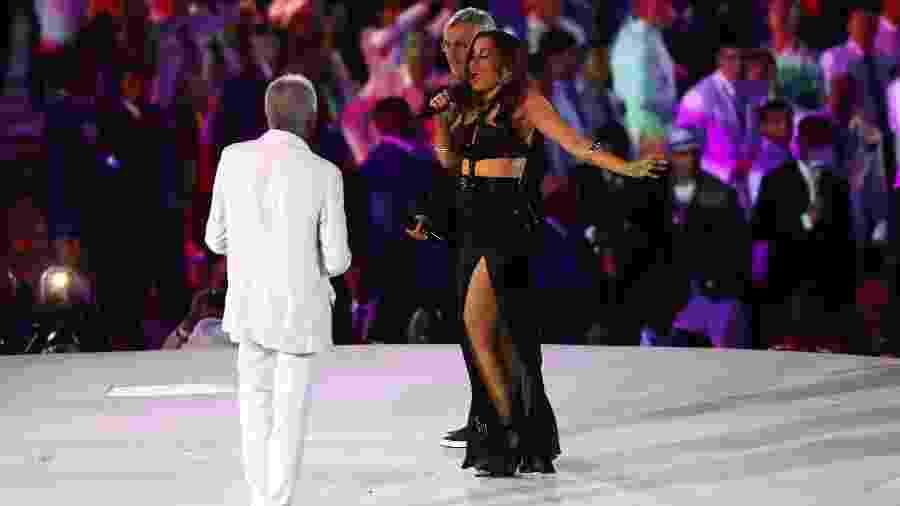 Anitta ao lado de Gilberto Gil e Caetano Veloso durante abertura da Rio-2016, quando também cantou no Maracanã - Elsa/Getty Images