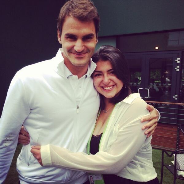 Roger Federer posa com Beatriz Tinoco, brasileira que sofreu com um câncer e foi conhecer o ídolo em 2013