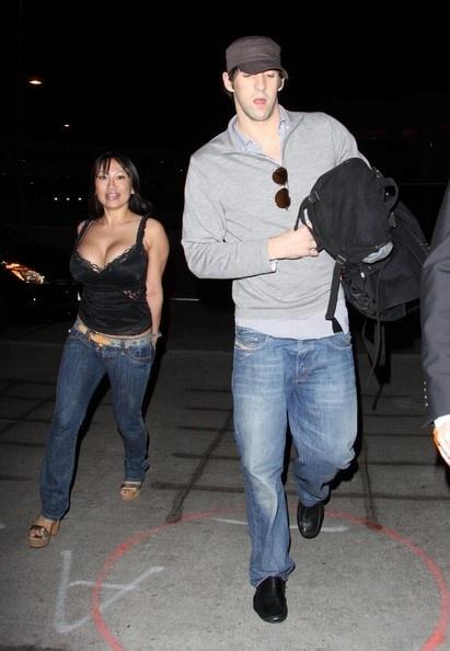Foto de Michael Phelps ao lado da modelo Caroline Pal no aeroporto de Los Angeles