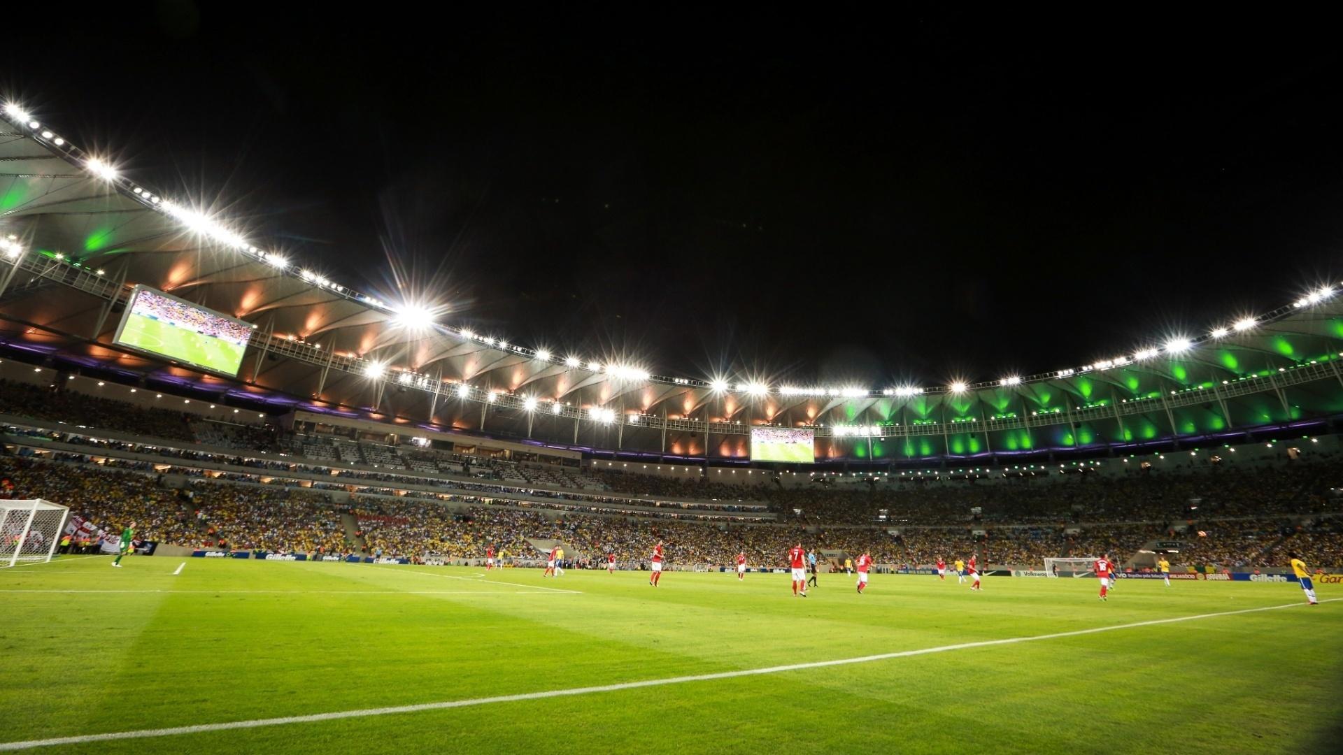 Maracanã iluminado em partida de reinauguração, em 2013. Para Olimpíada, refletores vão mudar