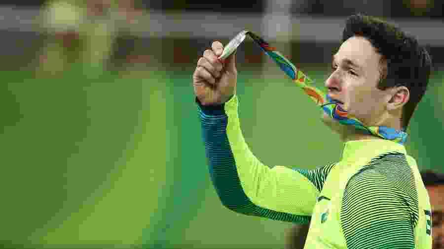 Diego Hypolito exibe medalha de prata conquistada no exercício de solo nas Olimpíadas do Rio - Reuters