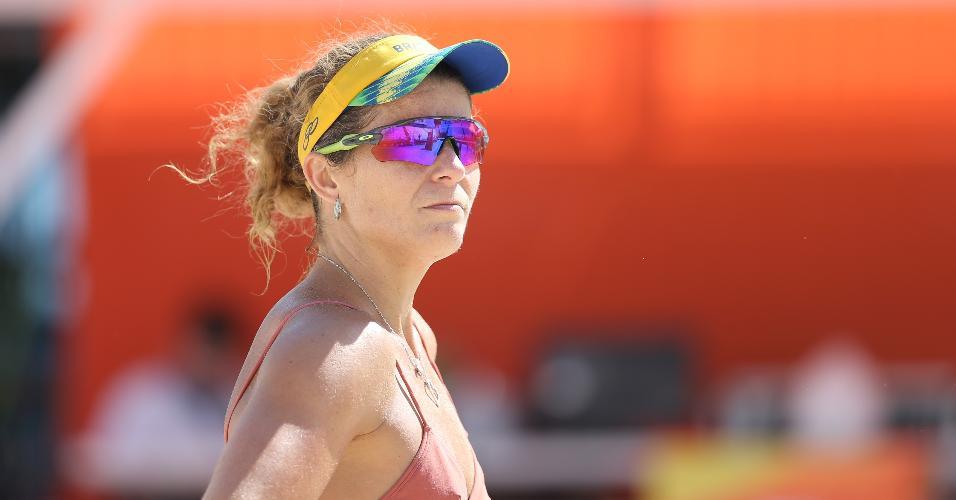 Larissa, jogadora brasileira de vôlei de praia, treina na arena do esporte em Copacabana na preparação para a Rio-2016