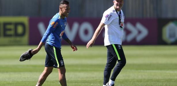 Odair Hellmann sorri ao lado do atacante Neymar em treino da seleção brasileira