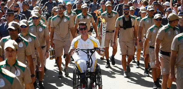 O atleta Fernando Fernandes conduz a tocha em São Paulo - Rio 2016/Marcos de Paula