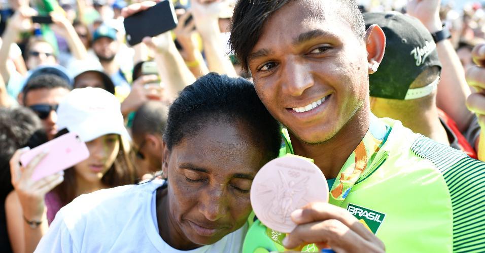 Isaquias com a mãe Dilma: momentos de apreensão até a confirmação do bronze
