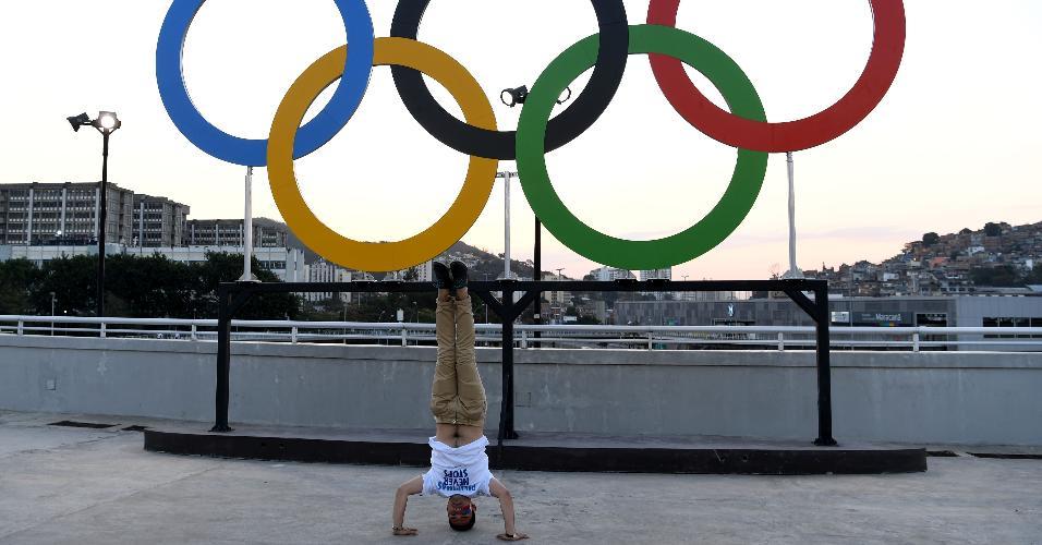 Homem posa para foto de forma inusitada antes da Cerimônia de Abertura da Rio-2016