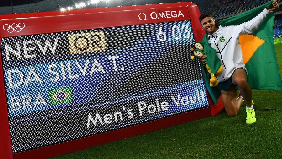 """Thiago Braz posa com """"Chapolin brasileiro"""" após conquistar medalha de ouro na Rio-2016 - Franck Fife/AFP Photo"""