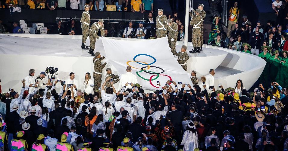 Bandeira olímpica é estendida no gramado do Maracanã