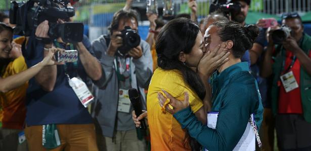 Isadora Cerullo, jogadora da seleção brasileira, beija a namorada Marjorie, voluntária da Rio-2016, após ser pedida em casamento