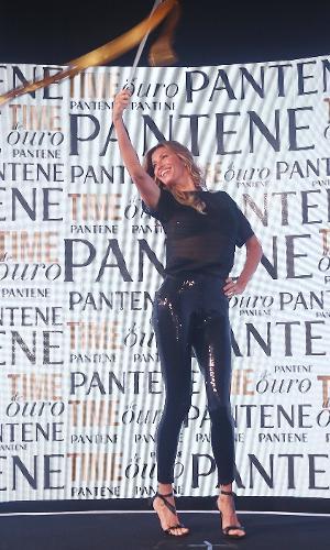 6/6/2016 - Após medo de passarela olímpica, Gisele Bündchen faz apresentação com fita