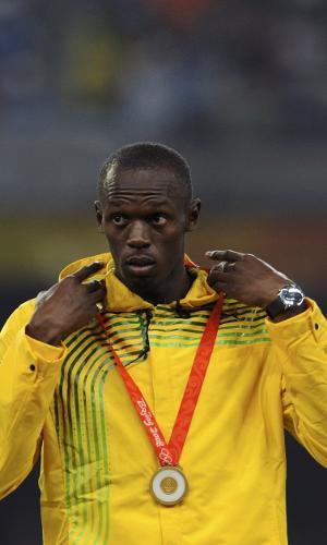 Bolt com a medalha de ouros dos 100 m rasos de Pequim no peito, em 2008. A cena se repetiu nas duas edições seguintes dos Jogos