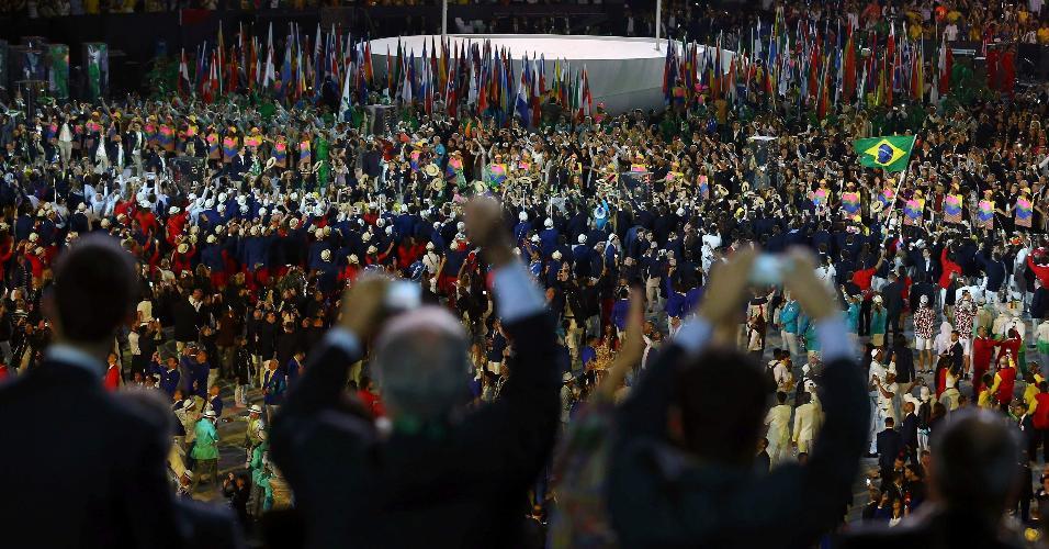 Público se empolga com a entrada da delegação brasileira