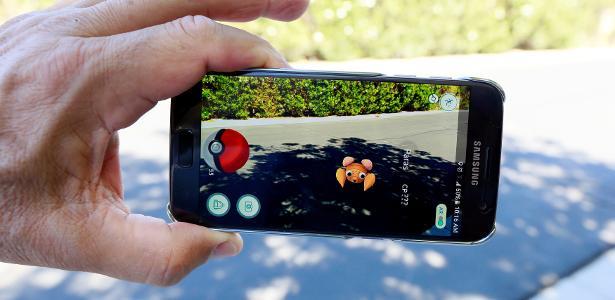 Celular exibindo o jogo Pokémon Go