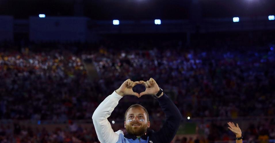 Competidor de Israel faz coração com as mãos para o público presente no Maracanã
