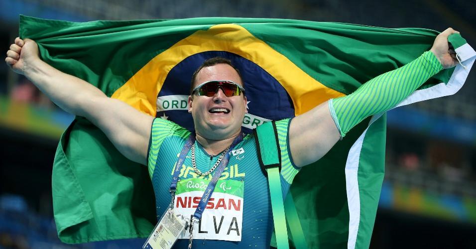 Alessandro Rodrigo Silva comemora ouro no lançamento de disco (classe F11)