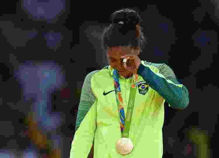 Rafaela Silva chora no pódio ao receber a medalha de ouro da categoria leve no judô nas Olimpíadas do Rio - Getty Images - Getty Images