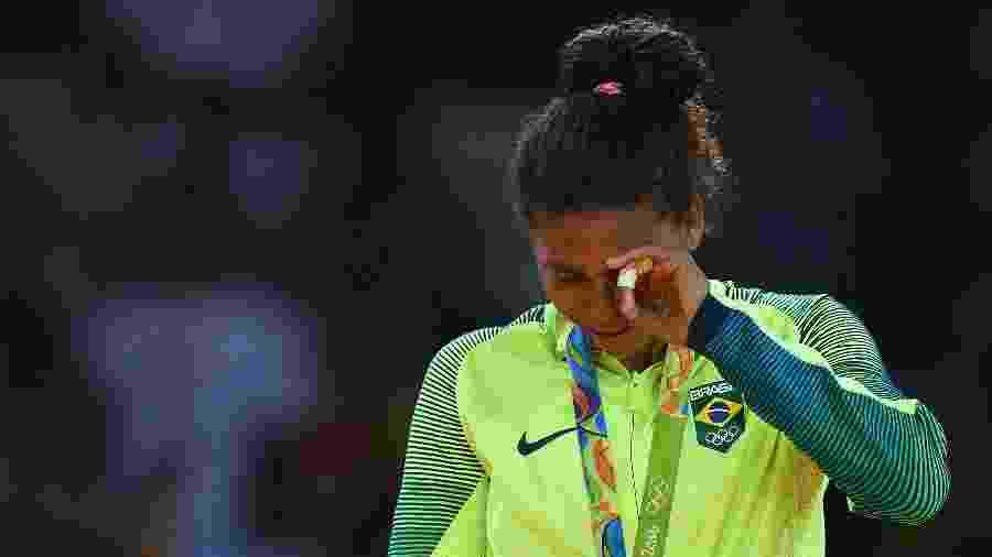 Rafaela Silva chora no pódio ao receber a medalha de ouro da categoria leve no judô nas Olimpíadas do Rio - Getty Images