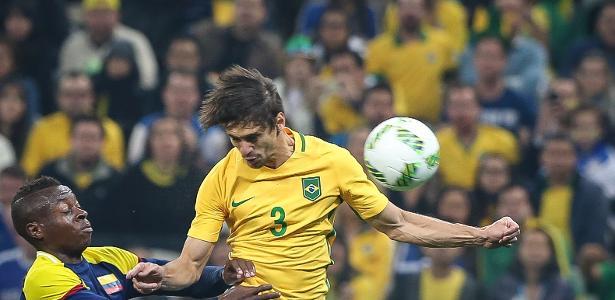 Rodrigo Caio disputa lance pelo alto contra o ataque colombiano