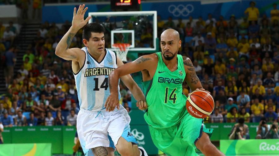 Marquinhos, da seleção brasileira de basquete, passa pelo argentino Gabriel Deck, em jogo da Rio-2016 - REUTERS/Jim Young