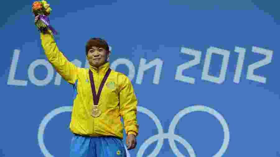 Maiya Maneza com o ouro de Londres-2012: medalha retirada pelo COI  - Yuri Cortez/AFP