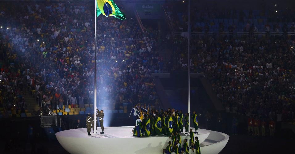 Bandeira do Brasil é hasteada durante a cerimônia
