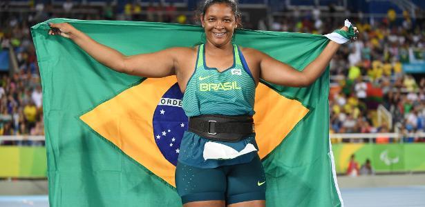 Shirlene Coelho posa com a bandeira do Brasil nos Jogos Paralímpicos