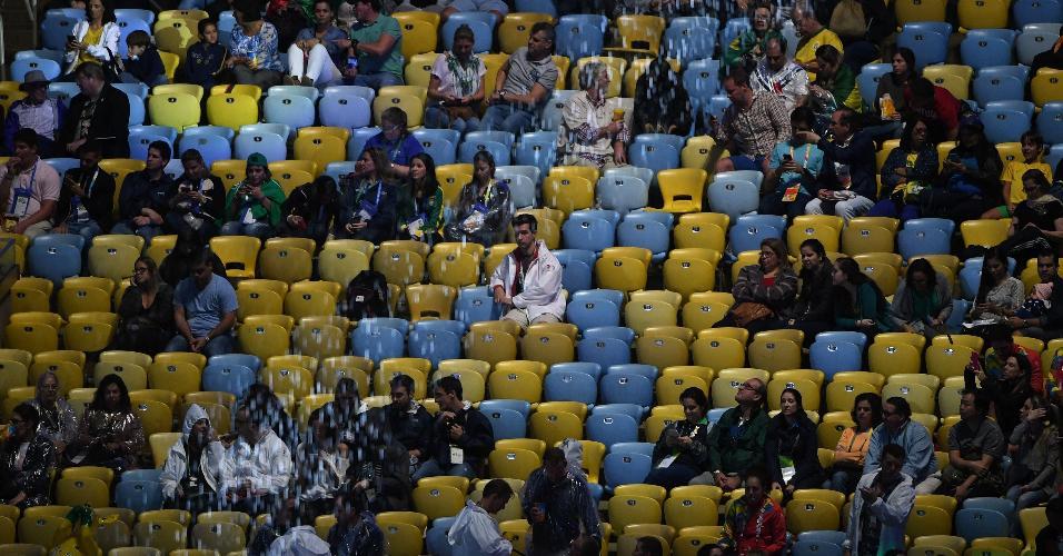 Ainda com muitos assentos vazios, torcedores aguardam o início da cerimônia de encerramento da Olimpíada